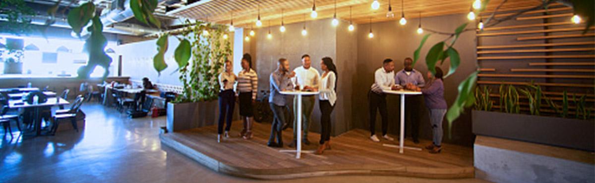 Groupe de personnes dans un bar